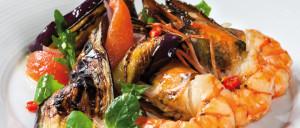 krevety s lilkem a rajčatovým salátem